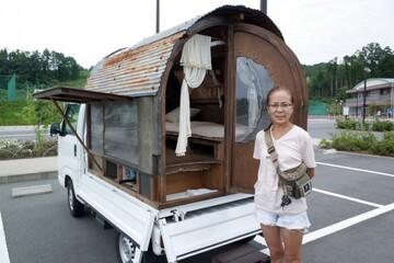 """軽トラの荷台に""""家""""をつくり、大工仕事を学び始めた手塚純子さんは、人生のテーマの根底にあるのは「自由」だと言います。昭和の家から考える""""地域の未来""""とは?"""