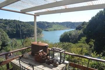 平日はトレーラーハウス、週末は湖畔の小屋に暮らす五十嵐さん夫妻が語る、楽しい二拠点居住のはじめかた