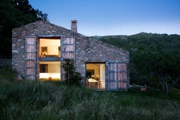 目指すは、自然エネルギーだけで暮らせる家。デザインスタジオが手がけたオフグリッドハウス!