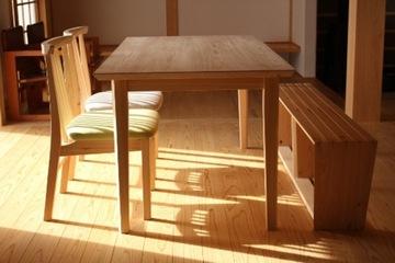 ヒノキをぬくもりのある家具に変えて、森と人の暮らしを循環させる、小さな工房「木工房ようび」