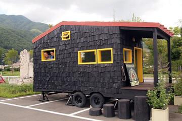 タイニーハウスは日本でもムーブメントになる?タイニーハウスビルダー竹内友一さんに聞く「小さい家と消費社会のこれから」