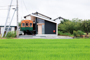 住宅地に電車?リノベ+新築で 土地の物語を受け継ぐ