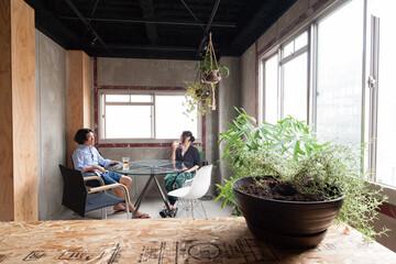 各フロアで職・住・遊を切り替える。 5階建てビルリノベーション