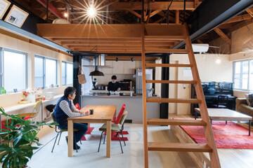 築50年の機織り工場が、開放的で味わいのある住空間に大変身