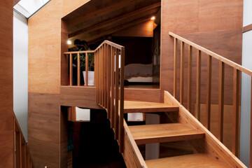 陽だまりの階段で2つの木の小屋を行き来する愉快な家