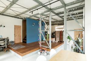 構造材の鉄骨を大胆に見せたNYロフト風のオフィス兼住宅