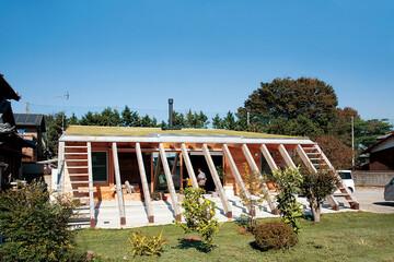 人にも自然にもオープンに暮らす。庭から続く芝屋根がある平屋