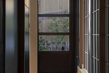 日本建築の知恵を取り入れ、 自然と快適に同居する続き間の家