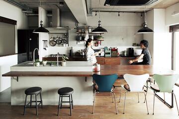 モルタル+木と鉄脚テーブル。 素材感あふれるキッチン空間