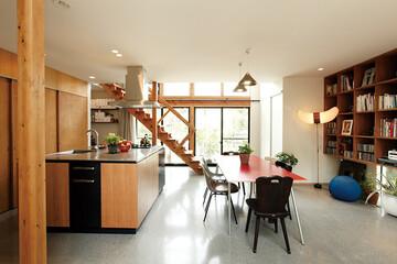 家の中心であり、居場所でもある。 正方形のアイランドキッチン