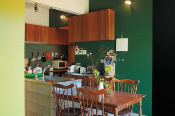 古き良き日本の住宅の 佇まいを現代に。庭に面した土間の台所
