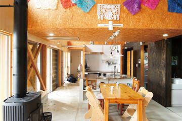 大屋根のかかる土間リビングのある家で谷戸の暮らしを楽しむ