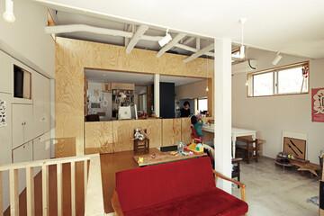 仕事場でもある職住一体キッチン。 働く、食べる、遊ぶが混在する家