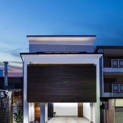 欲張りリビングと屋上のあるスタイリッシュハウス