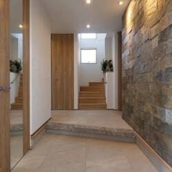 3階建て2階庭(テラス)の石の家