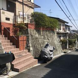 石垣塀を壊して駐車場に。