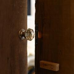 ドアづくりは、骨董品店で一目惚れした一品から始まった。...