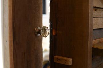 ドアづくりは、骨董品店で一目惚れした一品から始まった。|増村江利子のDIY的八ヶ岳暮らし