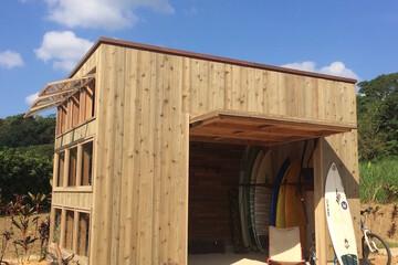 住宅も小屋もひとつのエンターテインメントであり、コンテンツ。サーフカルチャーを詰め込んだ海の小屋「SURF STASH」(ベツダイがつくる小屋)