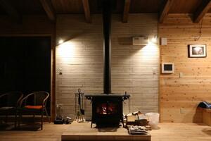 憧れの薪ストーブ、設置場所や費用は?冬が楽しみになる、薪ストーブのある暮らしのアイデア