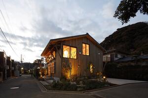 木材、瓦、畳、タイル…。日本の職人がつくった自然素材をつかう、板倉工法の家「KOTT」