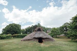 """縄文時代の""""竪穴住居""""を知れば、火と水、土との暮らしかたが見えてくる。今こそ見直したい、縄文人の小屋"""