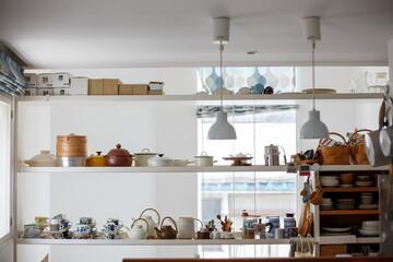 住宅街の狭小敷地に建つ、店舗併用住宅。週末だけ北欧雑貨店「Fika」店主を勤める、フリーランス女性エディターの家づくり