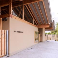 豊かで新しいまちの景色をつくる、 国産材をつかった建物と外構部の木質化