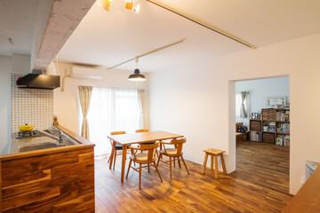 キッチンまで続く無垢フローリングに、畳の小上がり。お部屋づくりの楽しさ溢れるリノベ事例。