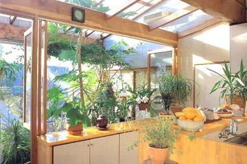 お家でグリーンを楽しみたい!心がゆるむ配置とインテリアのアイデアあれこれ。〜マクラメハンギングからサンルームまで〜