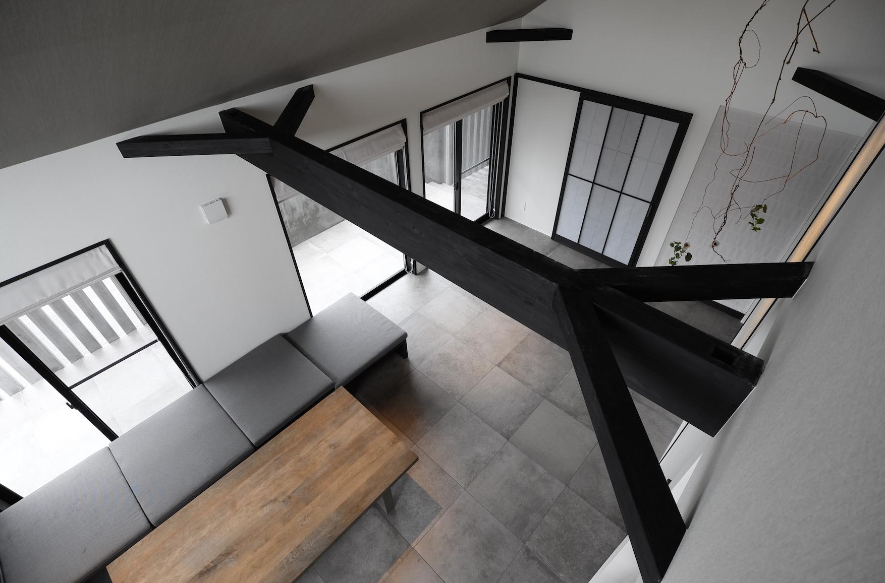 吹き抜けリビング空間のある家の建築事例写真