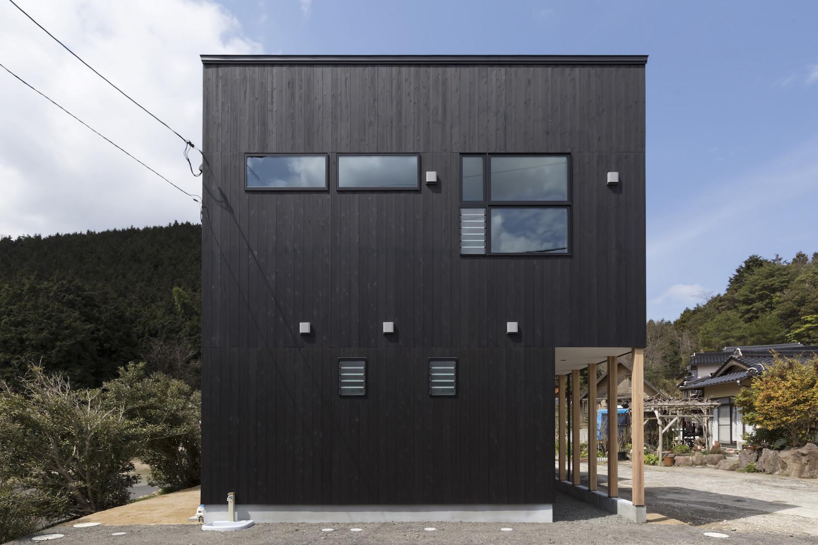 柱の並ぶアプローチが迎える家(島根県大田市)の建築事例写真