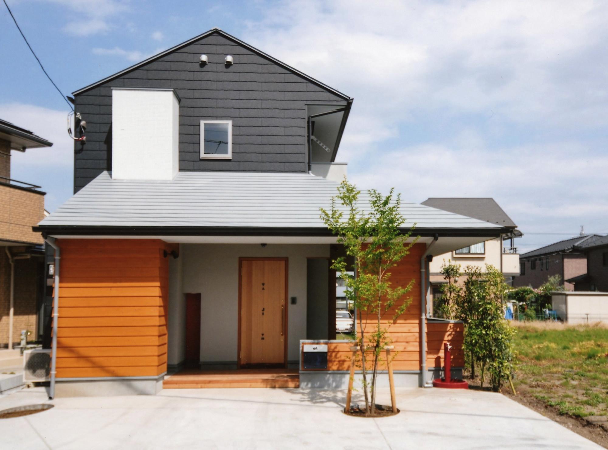 【耐久性・メンテナンスから発想する外壁仕上げ】下屋の軒下部分は、屋根が900mm張り出しているので、外壁も雨に濡れにくく、汚れや劣化が少ないので、杉板の南京下見張り。この部分は、普段一番触れたり、間近に見る部分なので、木材を使用して有機的に・・・。脚立に乗れば、手の届く範囲でもあるので、メンテナンスのために自分でペンキを塗ることも可能です。2階の軒がない部分の外壁は、耐久性に優れるカラーベスト(屋根材)を使用。基本的にメンテナンスフリーでお金をあまりかけない仕上げに・・・。 | 外で音楽を聴いてもいいよね 屋根のあるアウトドアリビング