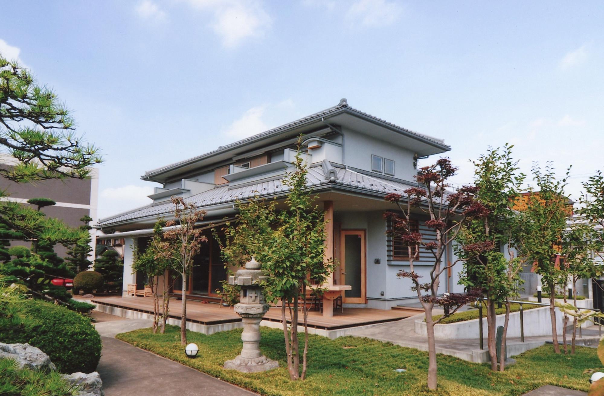 屋根は日本瓦葺き(いぶし銀) | シニア世代の建て替え:終の住処(和風)