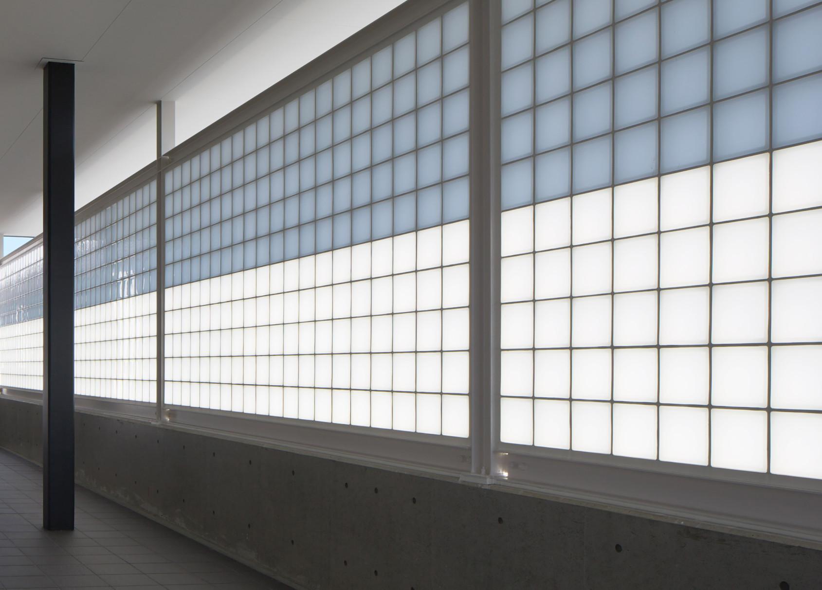 やわらかく光がさすエントランスの建築事例写真