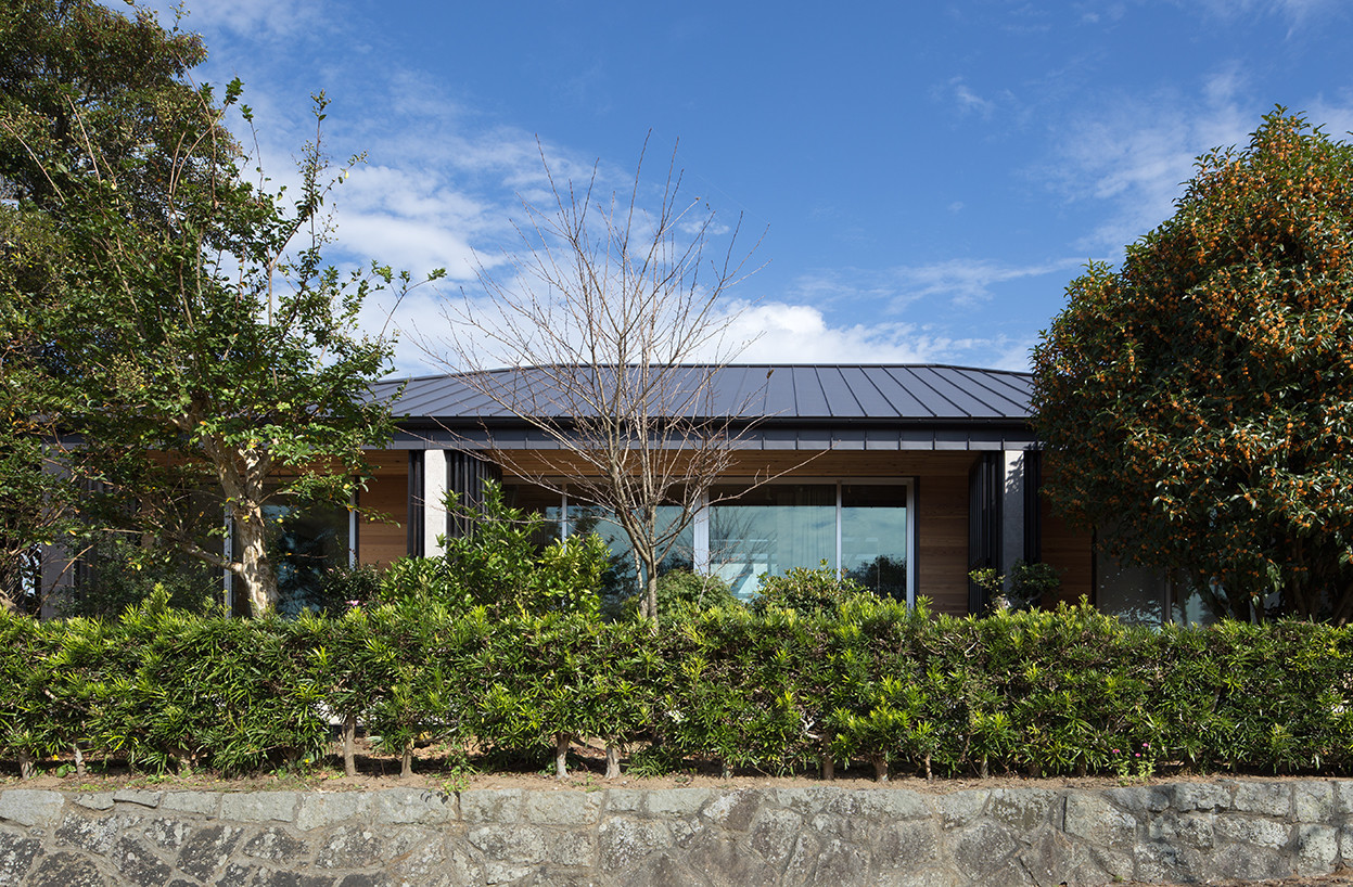 パティオを取り囲むロフト付き平屋の外断熱のRC住宅の建築事例写真