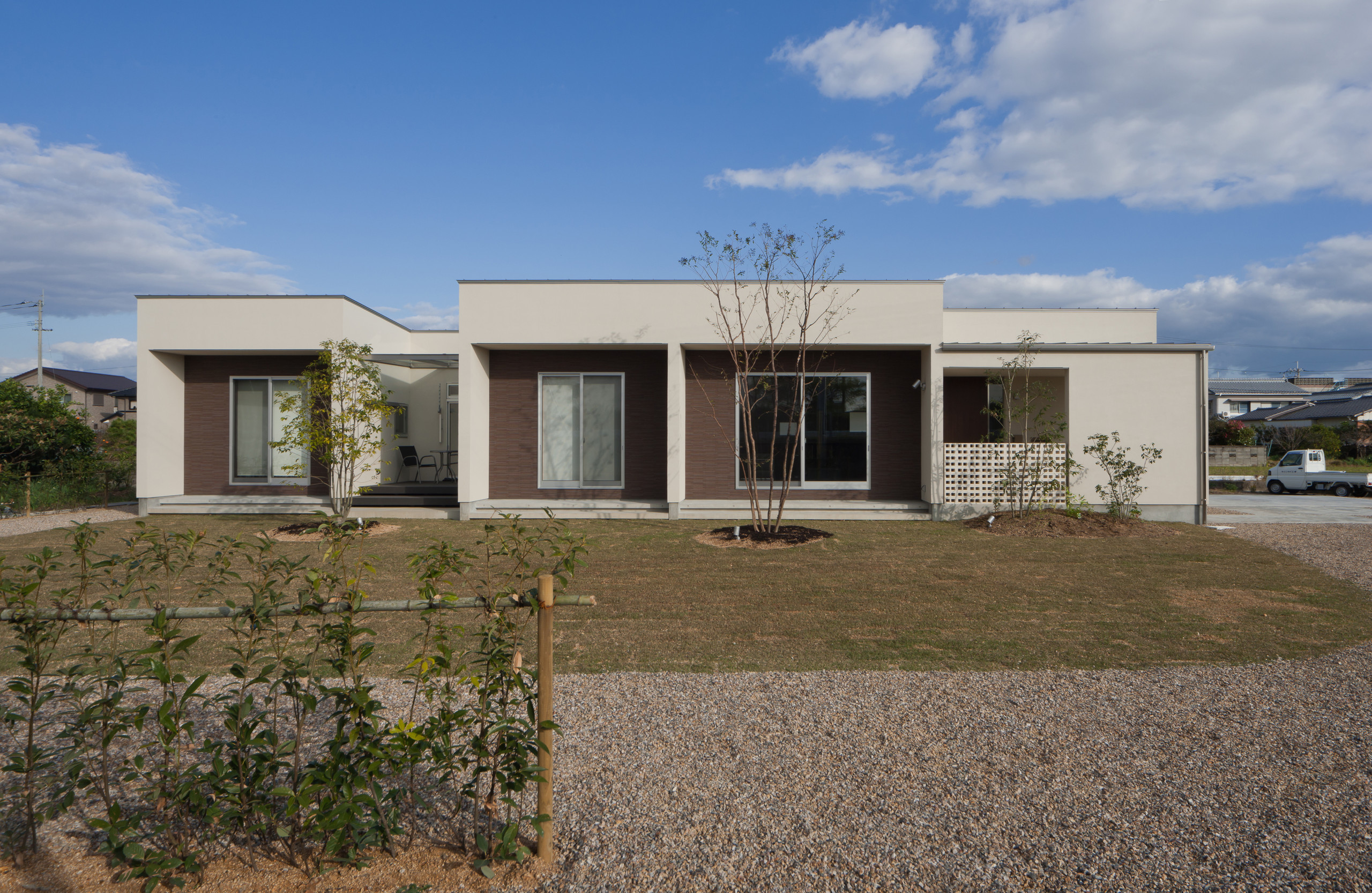 南側外観   内外モノトーン、広い敷地にゆったりと佇む平屋建て(50坪弱)