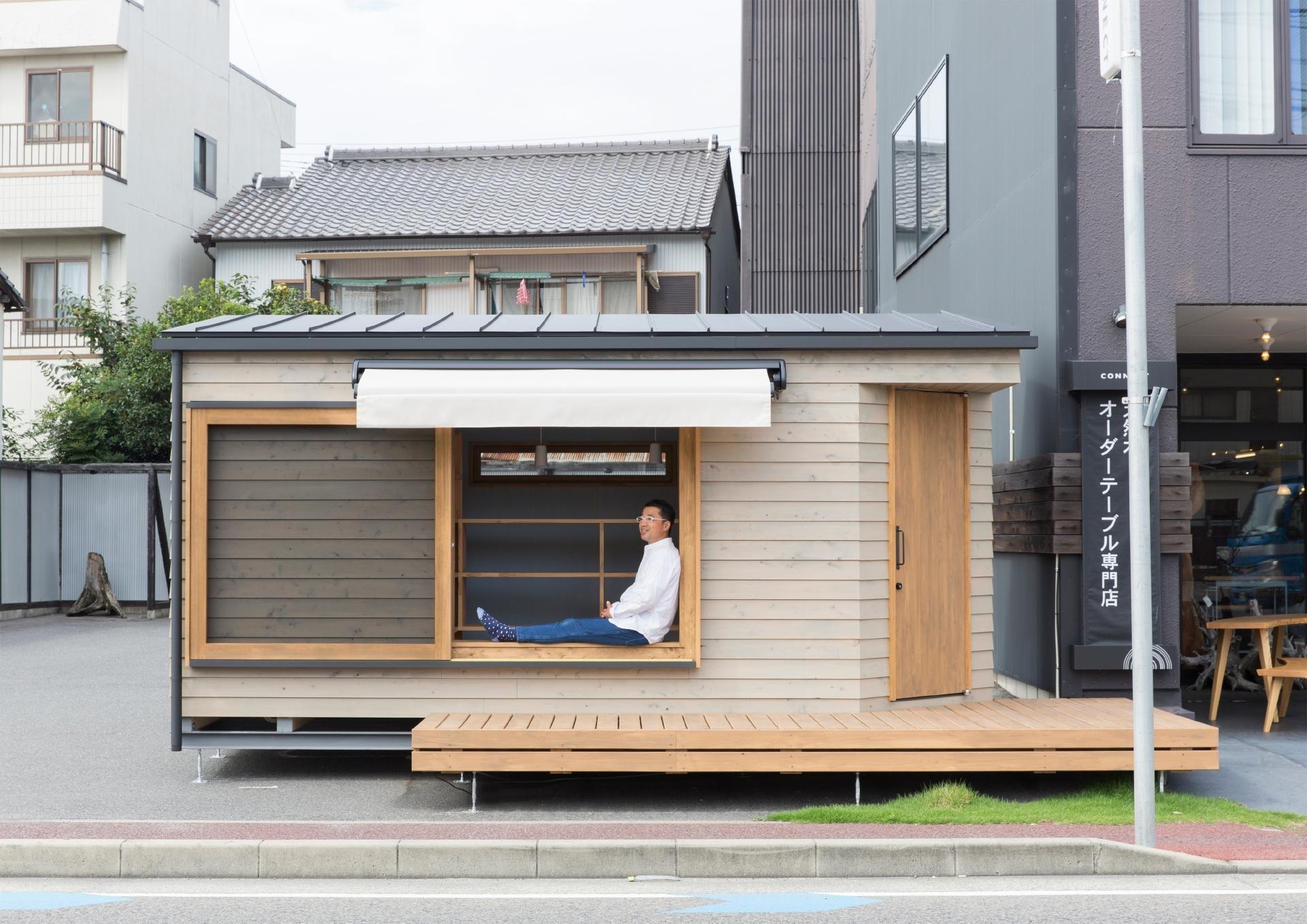 奥行のある窓枠は、ベンチになります。   移動できる小屋、コダマベース