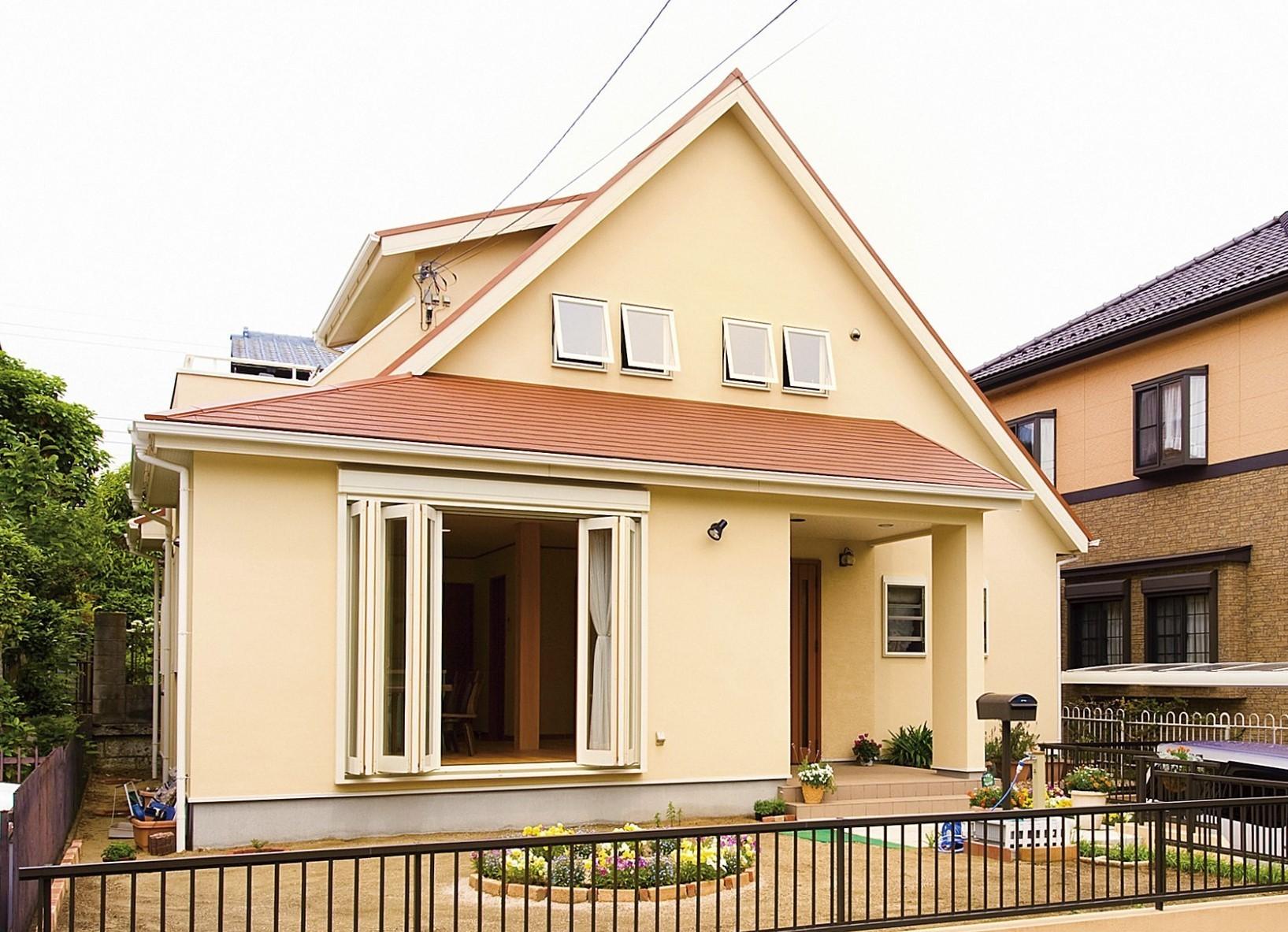 平屋の生活空間に、多目的な小屋裏部屋のある家の建築事例写真