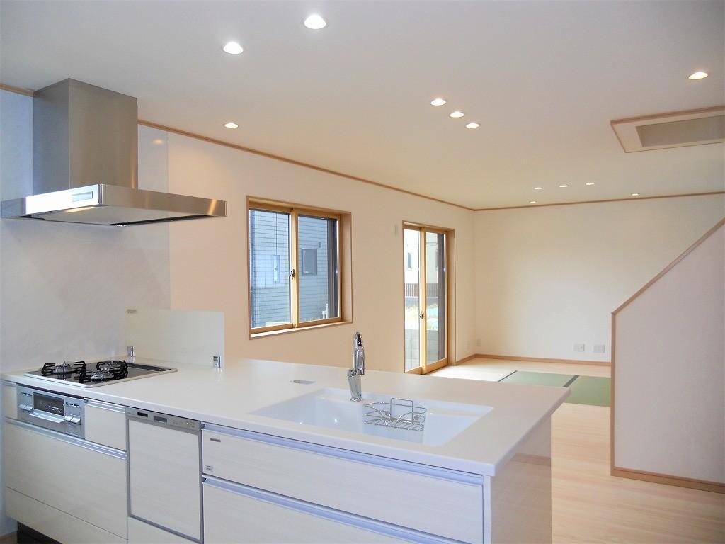 白壁と桧床でまとめた開放的なLDKの建築事例写真