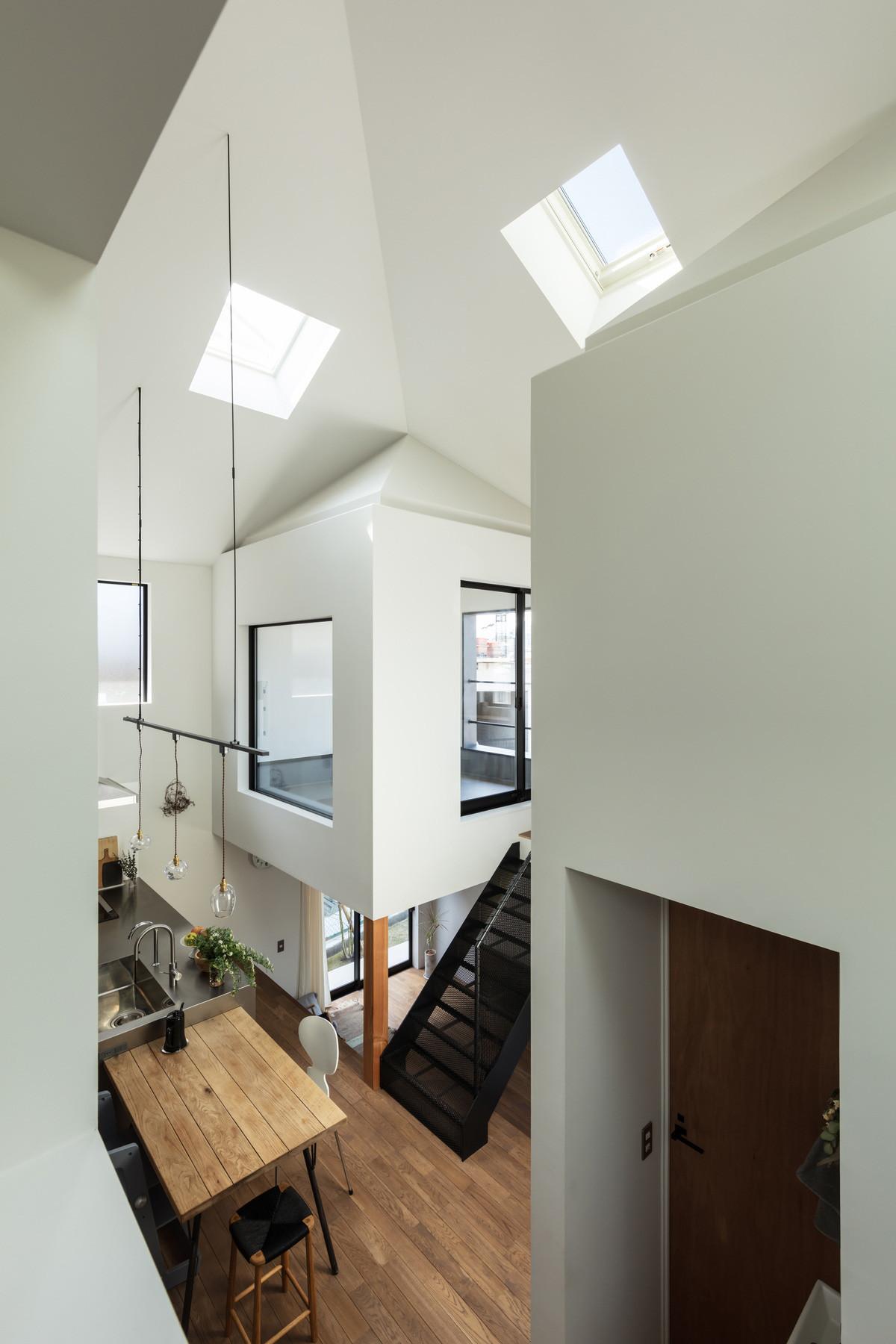 窓を介していろいろな場所がつながる。 | 四つ角の家|4つの小さな家と路地で暮らす住宅