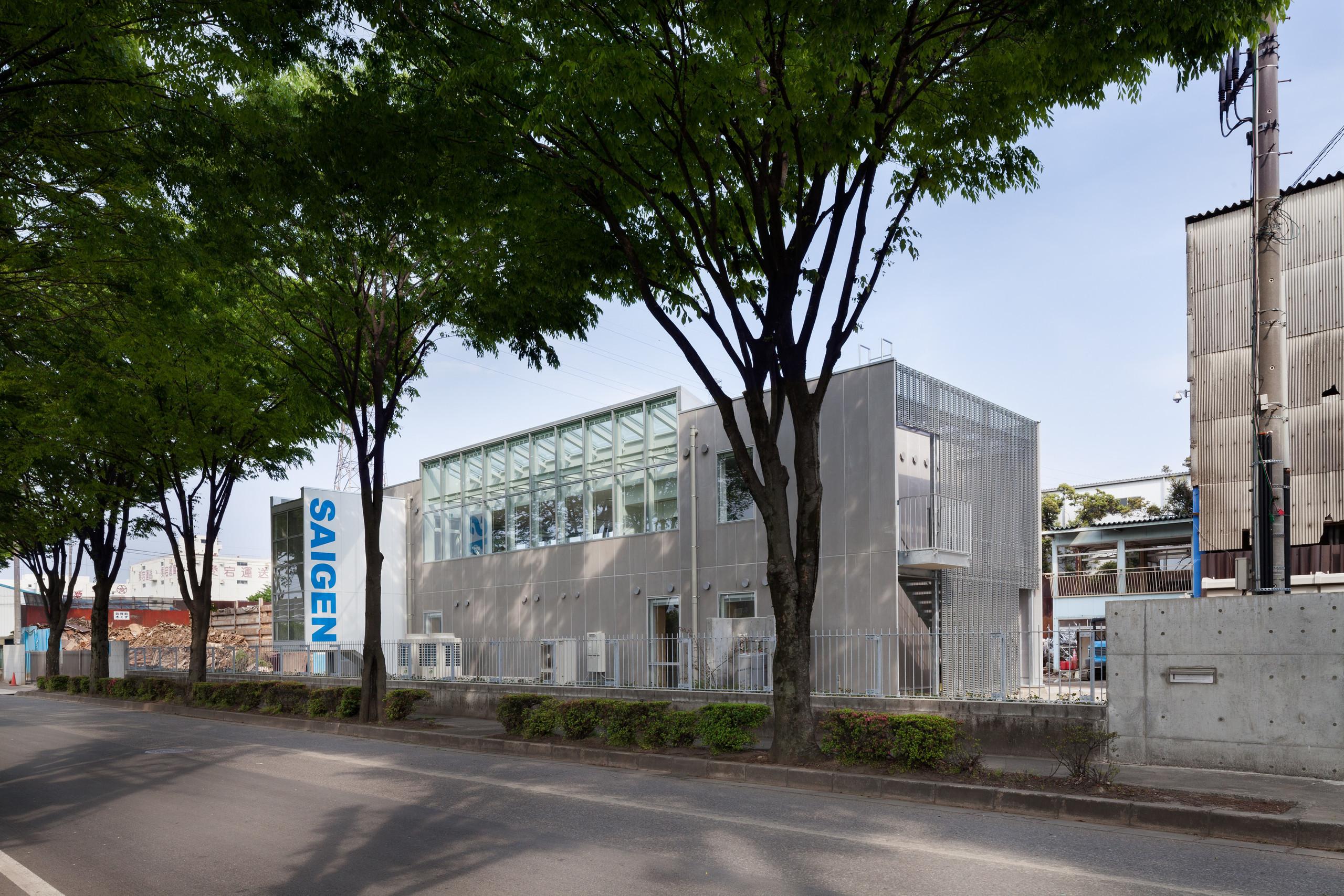 眺めの良い街路樹に向かって2階(食堂等)の開口部を大きくとっています | 工場と街路に開かれた事務所ビル