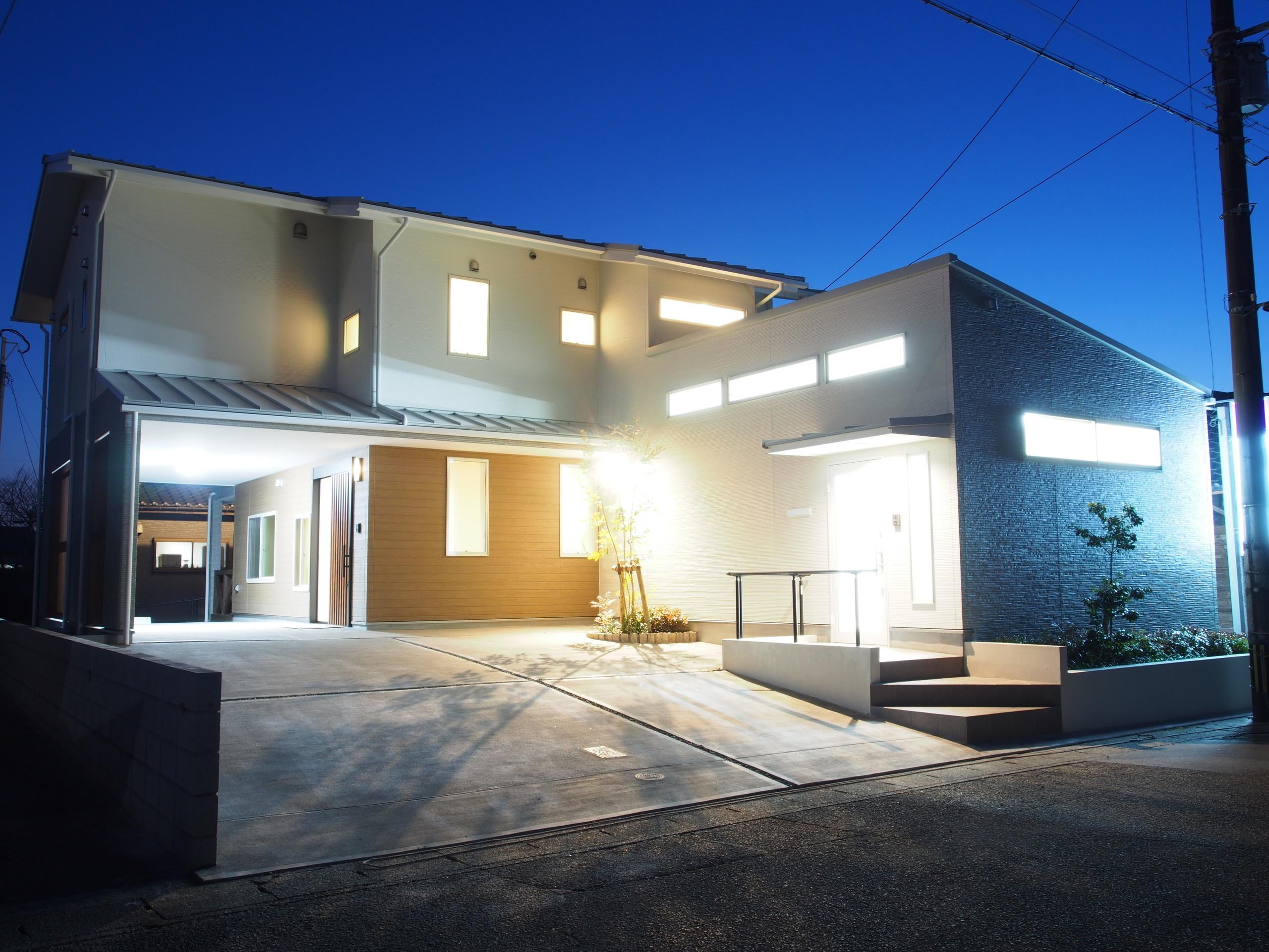 事務所付き二世帯住宅の家の建築事例写真