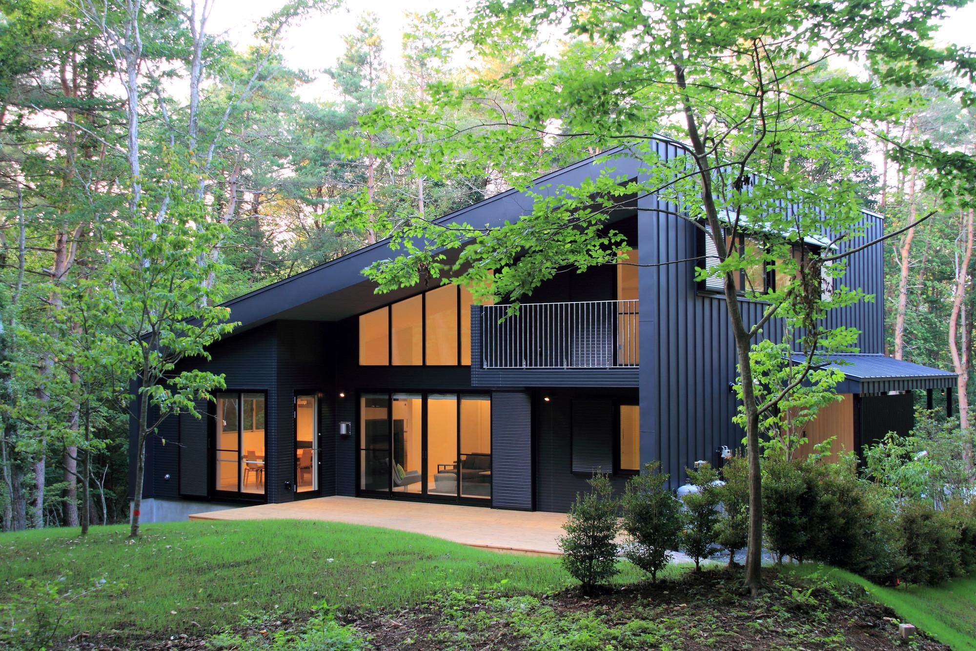 建物外観富士の北麓に広がるカラマツ林に位置する傾斜地に建つ別荘です。外壁、屋根は耐侯性の高いガルバリウム鋼板の竪はぜ葺きとしています。 | 富士山麓の別荘 カラマツ林の傾斜地に建つセカンドハウス