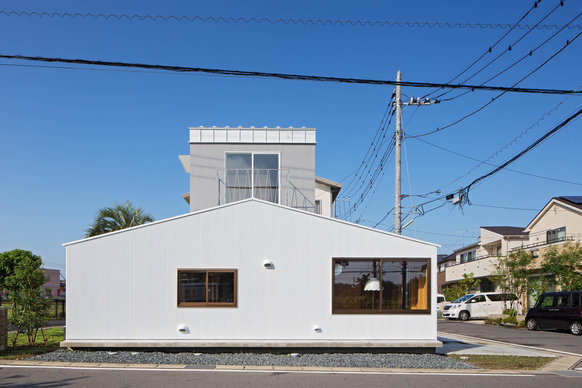 土間と縁側の2つの半屋外空間を持つ家の建築事例写真