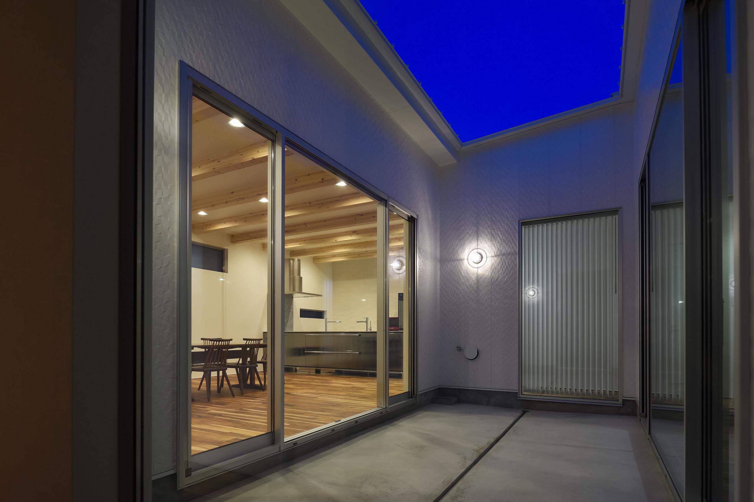 ライトコートのある街中の家の建築事例写真