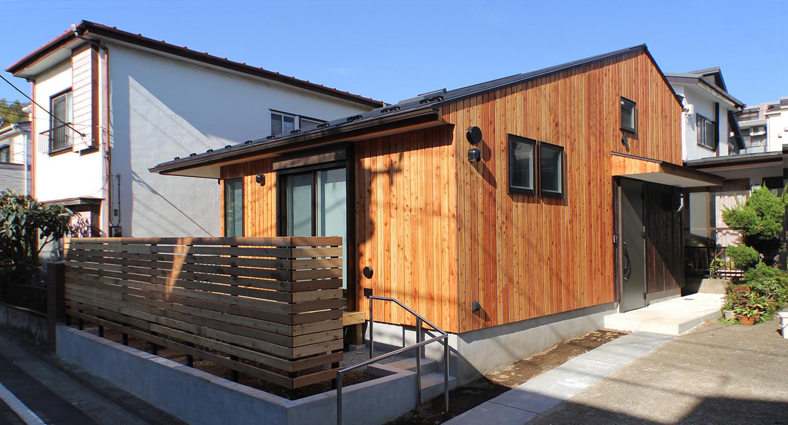 準防火エリアにより防火サッシという制限がありますが、外壁は不燃性の合板を使うことで木を張ることも可能です。無機質なサイディングばかりの準防火エリアで木の家はとても素敵です。   小さく棲む家、平屋と思えない開放的な暮らし