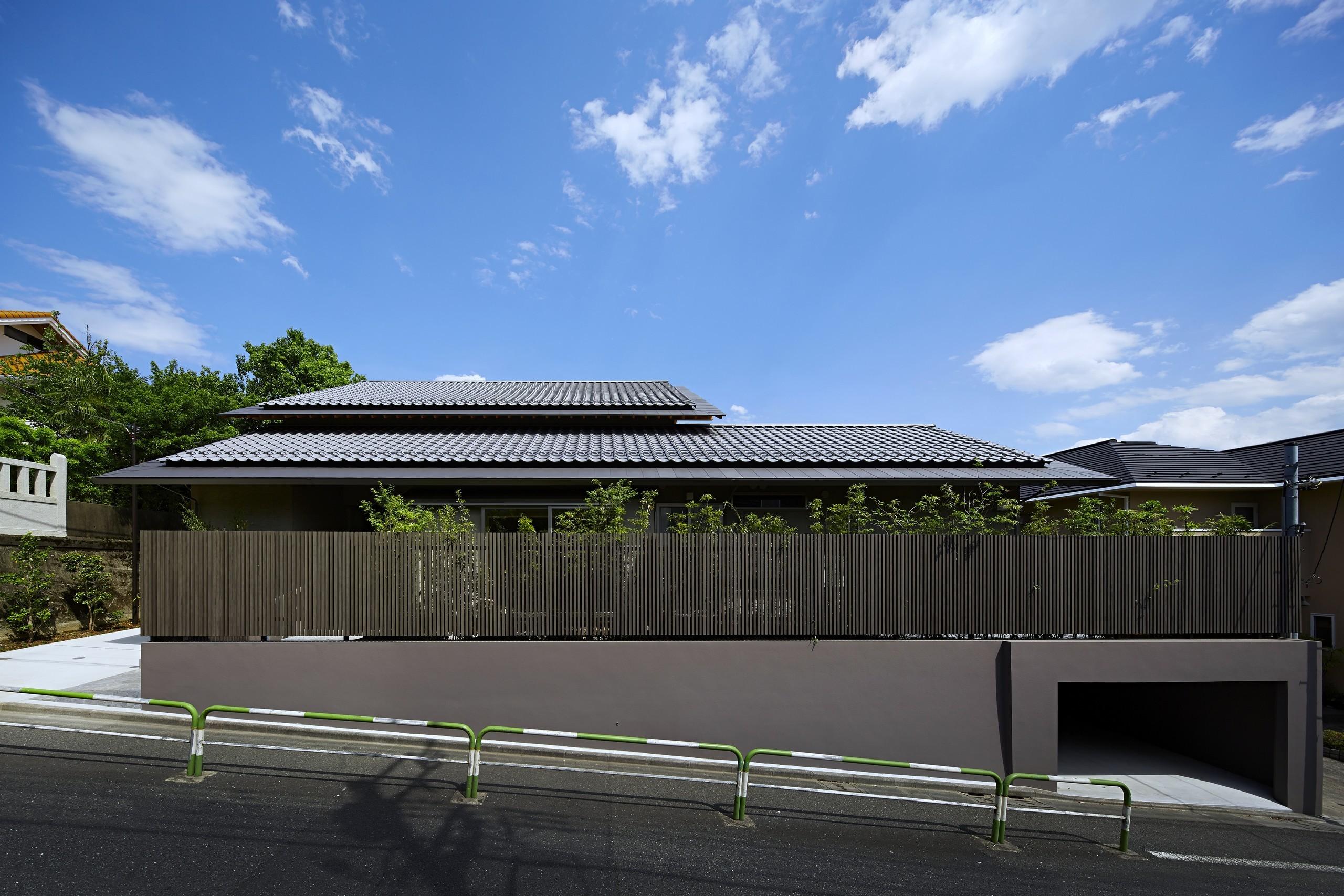 S:瓦による大屋根の木の香りある自然素材住宅の建築事例写真