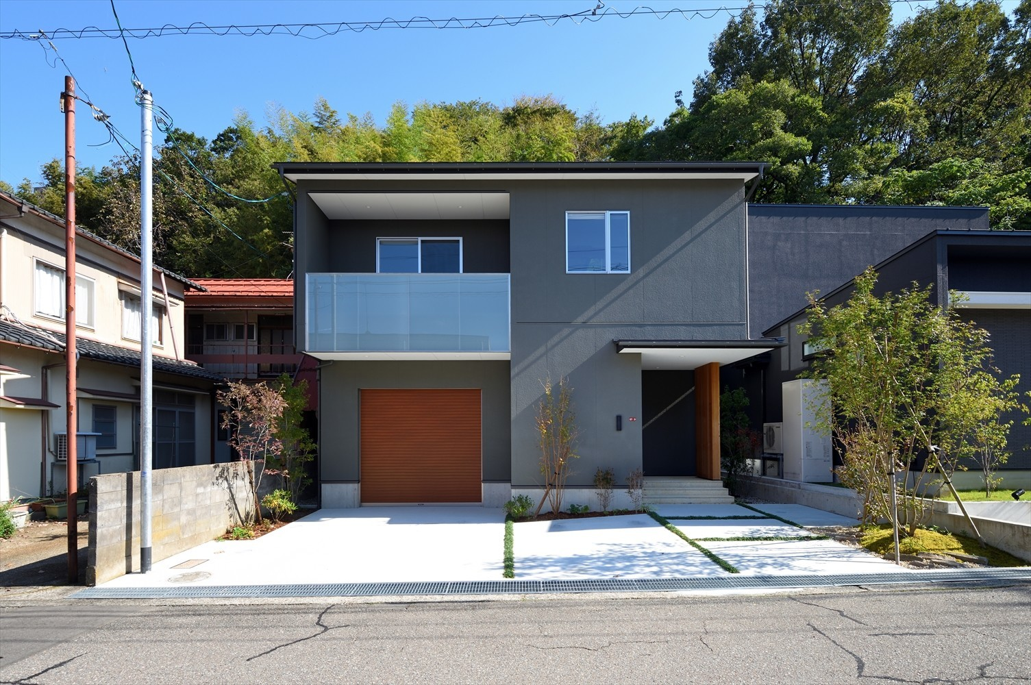 斜面地の緑をとりこむ「三口新町の家」の建築事例写真