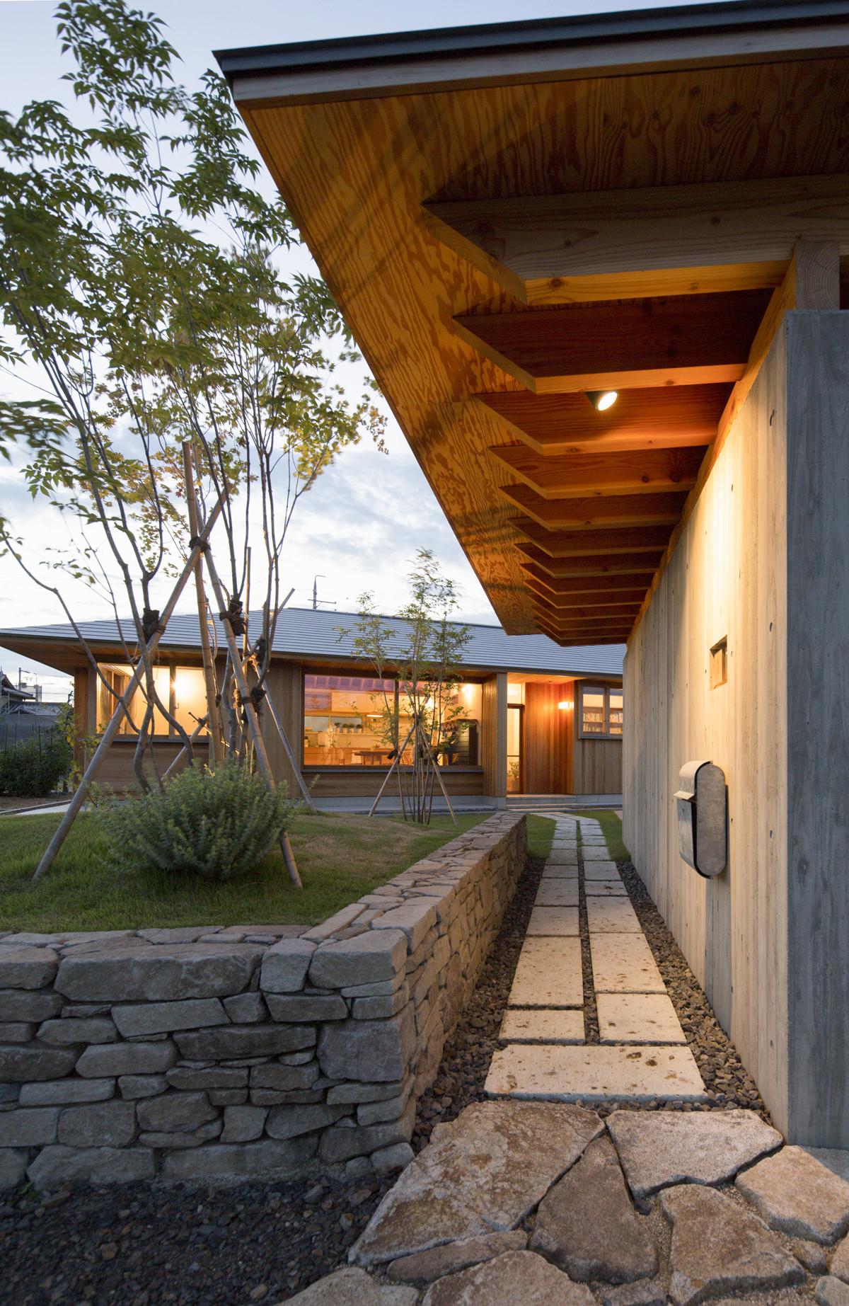 アプローチ | 守山の家/大屋根が包む平屋の住まい